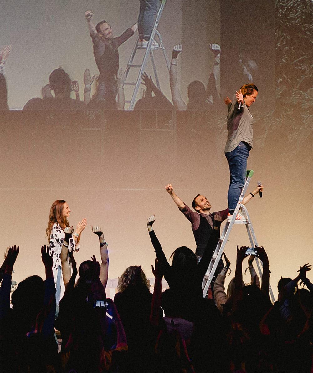 Thimon auf der Bühne mit Laura Seiler